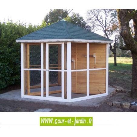 Volière hexagonale en bois de 9.6 m². Cette volière en bois non traité est livrée en kit et non peinte