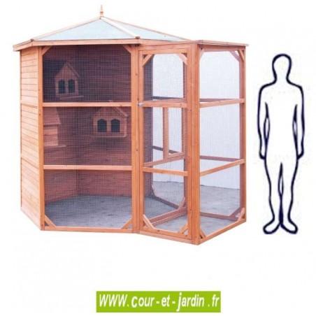 Volière bois hexagonale PO H23 grande taille avec sas. Cette voliere pour oiseaux ou cage oiseaux en bois est en bois non traité