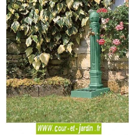 Fontaine colonne en fonte Griffon avec vasque, coloris vert amande - Fontes d'art Dommartin