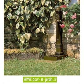Fontaine en fonte Griffon avec vasque  -  Borne fontaine coloris vieux bronze. Fontaine Dommartin.