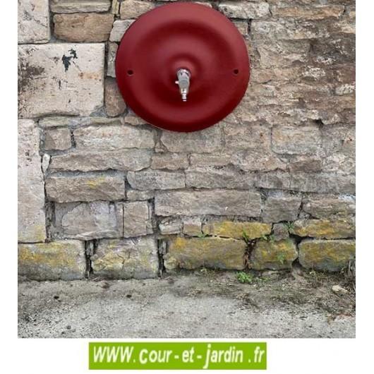 Point d'eau extérieur : Mascaron en fonte Quino , grand modèle . Coloris rouge 2200. Fontaine murale. Robinet de jardin