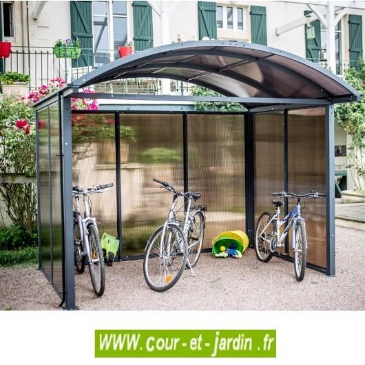 Cet abri de jardin aluminium fermé sur 3 côtés en polycarbonate peut servir d'abri vélo.