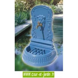 Fontaine Titus en fonte, fontaine sur terrasse de coloris bleu océan